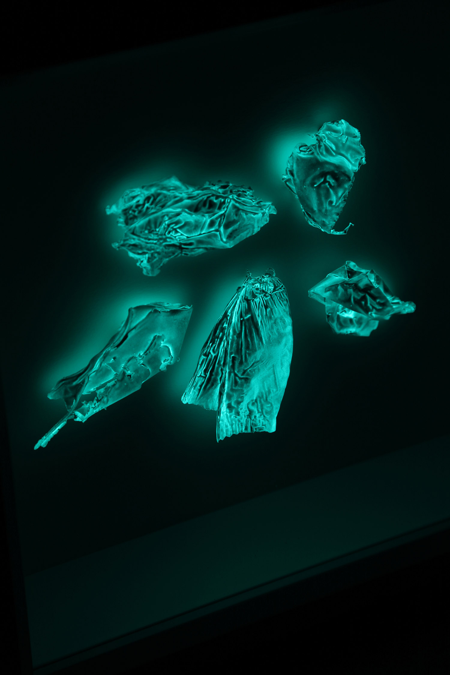Tüten Konvolut – v01  5 Plastiktütenfragmente ( Weiß / Grün* ) im Objektrahmen – ca. 30 x 30 x 12 cm, Unikat, 2018, Detail